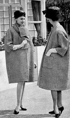 turma b - Houndstooth coat Givenchy - collarless coat Balenciaga photo Georges Saad 1959 Balenciaga Vintage, Balenciaga Coat, Moda Vintage, Vintage Mode, 1950s Style, Vintage Outfits, Vintage Dresses, 1960s Fashion, Vintage Fashion