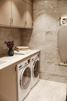 Laundry room in marble Laundry Room Design, Laundry In Bathroom, Interior Design Living Room, Living Room Designs, Diy Home Decor, House Styles, Future, Mudroom, Storage Ideas