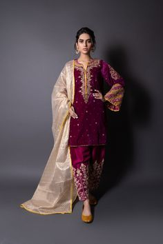 Pakistani Party Wear Dresses, Pakistani Wedding Outfits, Bridal Outfits, Embroidery Suits, Embroidery Fashion, Beaded Embroidery, Stylish Dress Designs, Stylish Dresses, Kurta Designs