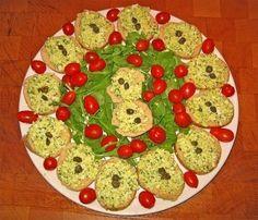 Polpettone di tonno - Ingredienti Tonno: 2 scatole Parmigiano: 3-4 cucchiai Pangrattato: 3-4 cucchiai Uova: 2 Olive: 1 manciata Capperi: 1 manciata Olio: q.b. Sale: q.b. Pepe: q.b.