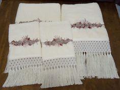 Jogo de banho composto por duas toalhas de banho e duas toalhas de rosto na cor bege com aplicação em flores de sianinha e bordado feito à mão e acabamento em macramé. Charme e sofisticação para seu enxoval.