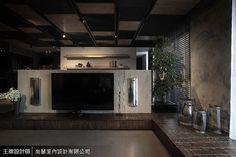電視牆覆以木紋脫模塗料,並結合臥榻設計收納影音設備,結合兩旁的金屬音響,呈現出異材質結合的前衛感。