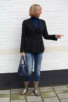 Golden boots (Hoss), black Pauw jacket and skinny jeans (Denham). Blue bag Marina Rinaldi.