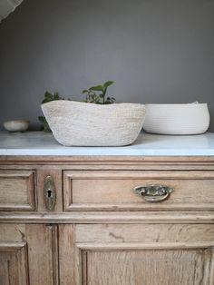 Panier naturel en chanvre et coton à retrouver sur www.laen.be Create Your Own Website, Artisanal, Create Yourself, Table, Furniture, Home Decor, Hemp, Cotton, Craft Art
