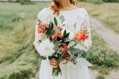 Fotograf: Matilda Söderström Coral white and green wedding bouquet. Flowers by Skillad Floral Design