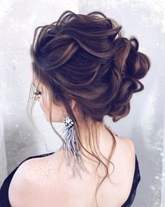 Bridesmaid hair messy, Curly prom hair, Short hair updo, Wedding hair up, Hair s. Prom Hairstyles For Long Hair, Short Hair Updo, Messy Hairstyles, Wedding Hairstyles, Updo Curly, Front Hair Styles, Medium Hair Styles, Hair Front, Prom Hair Down