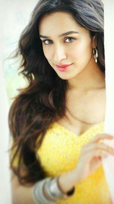 kapoor The innocent girl Bollywood Heroine, Bollywood Actress Hot, Beautiful Bollywood Actress, Most Beautiful Indian Actress, Bollywood Celebrities, Beautiful Actresses, Bollywood Makeup, Bollywood Lehenga, Bollywood Dress