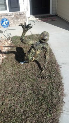 Tutorial for making this corpse using a milk jug, plastic sheeting and heat gun. Gotta try this next Halloween! Halloween Outside, Halloween Graveyard, Creepy Halloween, Halloween Skeletons, Outdoor Halloween, Halloween Stuff, Halloween 2016, Halloween Projects, Diy Halloween Decorations