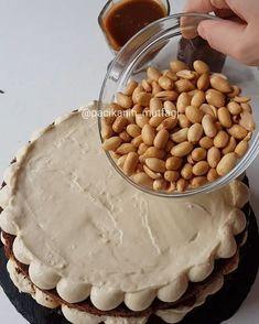 Hayırlı geceler Snickers sevenler el kaldırsın Bırakın snickers'ı ben pastasını yaptım Görüntüden de belli oluyordur sanırım çok güzel oldu Karamel fıstık çikolata bir araya gelir de güzel olmaz mı Görüntüsüyle ben burdayım diyen bir pasta Tarifi yemek.com dan aldım Çember kalıbım sıkm...