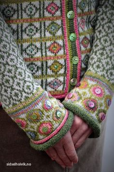 Knitulator sucht #Strickmuster und #Strickideen: Schöne Muster für Jacke. #Jackestricken #FairIsle #Norwegerpulloverstricken #Knöpfe #Norwegermuster #Musterstricken #Strickjacke