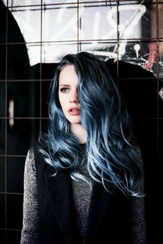 Dye your hair simple & easy to ombre blue hair color - temporarily use ombre blue hair dye to achieve brilliant results! DIY your hair blue ombre with hair chalk Love Hair, Gorgeous Hair, Twisted Hair, Ombré Hair, Messy Hair, Emo Hair, Coloured Hair, Pastel Hair, Pastel Blue