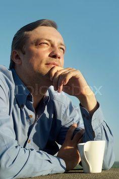 Nok lige lidt for filosofisk, men idéen med den kaffedrikkende mand uden for er ikke dum, tænker jeg.