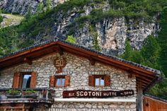 la facciata principale del rifugio scotoni, in alta badia Oh The Places You'll Go, Places To Visit, Climbing Flowers, Mountain Climbing, Mountain Landscape, Colorado, Around The Worlds, Cabin, House Styles