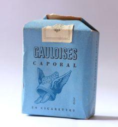 gauloisesという語は直訳で「ゴール人の女」を意味する。「ゴール」とは現在のフランスにあたる地方の古名。形容詞でもあり、その場合は「陽気な」「好色な」「あけっぴろげな」という意味になる。パッケージには翼のついた兜のイラストがあしらわれている。  レン・デイトン - 処女作「イプクレス・ファイル」(1961)をはじめとする初期のスパイ小説作品シリーズで主人公となる、労働者階級出で眼鏡をかけた名無しの偏屈スパイ(映画では「ハリー・パーマー」と名付けられ、マイケル・ケインが扮した)が愛飲。この煙草独特の臭気のため、喫煙が許容されていた1960年代でも周囲の英国人たちからは臭いがひどいと不評だが、主人公は意に介していない。