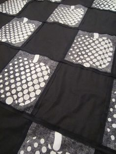 Tee-se-itse-naisen sisustusblogi: Black and White Patchwork Quilt Bedspread, Work in Progress