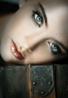 Beautiful faces with expressive eyes : Photo Gorgeous Eyes, Pretty Eyes, Cool Eyes, Beautiful Women, Amazing Eyes, Color Splash, Color Pop, Color Blue, Regard Intense