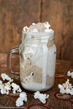 Hiidenuhman keittiössä: Karamelli-popcornjäätelö I Foods, Delicious Desserts, Mason Jars, Mugs, Tableware, Blog, Dinnerware, Tumblers, Tablewares