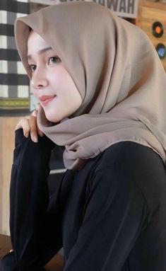 Girl in Hijab Hijab Style Dress, Hijab Wedding Dresses, Casual Hijab Outfit, Hijab Chic, Beautiful Hijab Girl, Beautiful Muslim Women, Hijabi Girl, Girl Hijab, Arab Girls