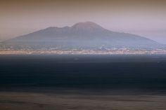 D.Signers   ¿Qué pasó en Pompeya? 50.Monte Vesubio visto desde la cima de la Isla de Capri. El diámetro del cráter es de alrededor de unos 550 metros muy visible en fotos satelitales del golfo de Nápoles.