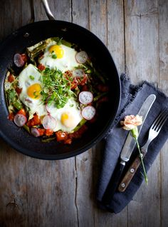 Fry different vegetables in a little oil. asparagus, onions, zucchini, bell peppers and tomato - beat a few eggs on top, season with salt and pepper and garnish with radishes and watercress. Perfect breakfast with a large glass of freshly squeezed juice.