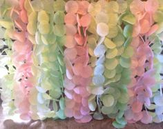 Estas hermosas flores hechas a mano sería bonita como telón de fondo para una boda, nupcial ducha, o incluso como una pieza de declaración en la boutique del hogar o por menor. Este listado es para 15 flores de papel de tamaño regular y 7 flores de mini-papel que han sido mano hecha a mano de papel stock de la tarjeta premium. Los colores recomendados son rosas, crema y blanco. Las flores más grandes miden entre 12-14 pulgadas de diámetro y las flores mini miden aproximadamente 3 pulgadas…