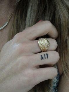 Cute and Discreet Finger Tattoos Designs - Beste Tattoo Ideen Mini Tattoos, Tiny Finger Tattoos, Little Tattoos, Love Tattoos, Beautiful Tattoos, Picture Tattoos, Small Tattoos, Tattoo Finger, Finger Tats
