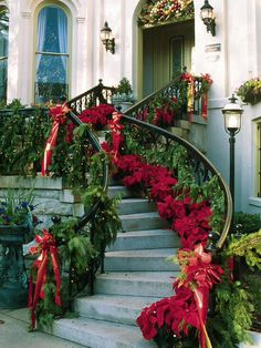 Beautiful Christmas Staircase Decorations christmas christmas ideas christmas decorations christmas decor christmas homes Noel Christmas, All Things Christmas, Winter Christmas, Christmas Wreaths, Christmas Staircase, Christmas Entryway, Southern Christmas, Christmas Christmas, Family Holiday