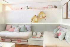 Painel com iluminação, cama deck e cores candy color.