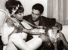 """ANOS DOURADOS: IMAGENS & FATOS: IMAGENS - FLAGRANTES DOS ANOS 50/60GARRINCHA e a cantora ELZA SOARES no início de 1962. O romance dos dois """"deu o que falar"""" na época."""