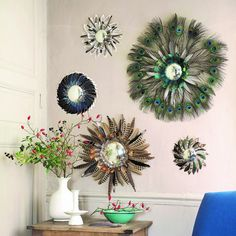 Décorer un miroir avec des plumes / Mirror and feathers Feather Wall Decor, Peacock Wall Art, Peacock Decor, Feather Crafts, Feather Art, Deco Boheme, Diy Home Decor Bedroom, Diy Arts And Crafts, Diy Crafts