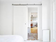 HUBERT Réaménagement d'un appartement d'une surface de 60 m² dans le 11ème arrondissement à Paris. Les différentes pièces de l'appartement se succèdent pour optimiser la circulation et créer une continuité visuelle. L'enfilade des espaces semble...