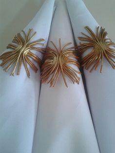 Com efeito em purpurina na cor ouro rico.  Porta guardanapos desenvolvidos artesanalmente por Rosa Sensoli Design por Jessica Melo.