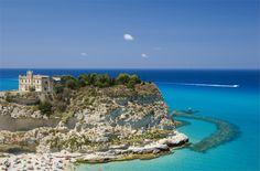 """La légende raconte que ce fut Hercule qui – après avoir vaincu les Géants – fonda ce petit coin de paradis (parmi les plus petites communes d'Italie). Mais les histoires sont nombreuses autour du bourg médiéval de Calabre. Un de ses rochers – que l'on appelle """"a Pizzuta"""" – aurait même permis à Ulysse d'attacher le terrible Cyclope ! http://www.gusto-arte.fr/idees-de-voyage/top-12-des-villages-italiens-les-plus-romantiques/"""