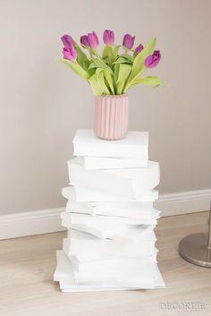 Tolles DIY: Bücherturm aus alten Büchern. Cool als Nachttisch oder Skulptur im Wohnzimmer