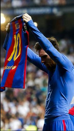 Thankyou messi for giving your all to barça. I can die happily knowing that im one of the people supporting you. Vamos barcaa vamos leo always and forever 🔵🔴 (Messi after scoring 500 career goals, showing his name to the bernabeu) Fc Barcelona, Lionel Messi Barcelona, Barcelona Soccer, Leonel Messi, Football Messi, Football Is Life, Sports Football, Sports Stars, Messi Poster