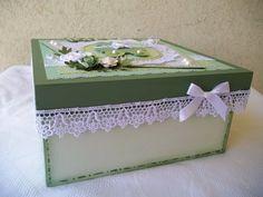 Linda caixa em madeira, pintada por dentro e por fora, decorada com materiais para scrapbook.  Esta foi com a mamãe para a maternidade com as lembrancinhas.  O padrão dos papéis serão os disponíveis no momento da confecção da peça.