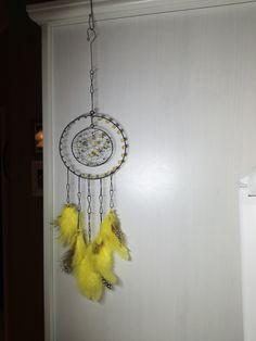 ...se+žlutými+peříčky*+Průměr+kruhu+je+14cm.+Použit+černý+žíhaný+drát.+Určeno+do+interieru. Dream Catcher, Wire, Home Decor, Scrappy Quilts, Pug, Dreamcatchers, Decoration Home, Room Decor, Home Interior Design