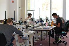 Die Arbeit an der #Nähmaschine kennen sie schon aus dem #Studium. Sieben unserer #Orthobionik-Studierenden nähen unter Leitung von Dozent Lutz Jenckel fleißig #Stoffmasken für die Diakonie in #Göttingen. Die Materialien für die Aktion sponsert die PFH. Conference Room, Desk, Table, Furniture, Home Decor, To Study, Action, Desktop