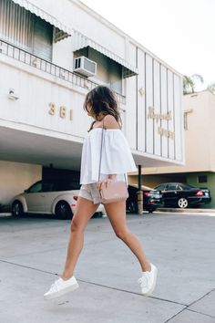 Сool Summer Outfit Ideas To Fell In Love With Stylish Summer Outfits, Simple Outfits, Short Outfits, Cool Outfits, Fashion Outfits, Fashion Clothes, Skirt And Sneakers, White Sneakers, Corporate Outfits