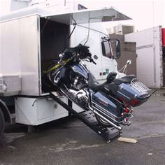 Loading a Harley into a toy hauler doghouse trailer with power lift motorcycle ramp Motorcycle Loading Ramp, Motorcycle Trailer, Off Road Camper Trailer, Camper Trailers, Campers, 5th Wheel Rv, Loading Ramps, School Bus Conversion, Bug Out Vehicle
