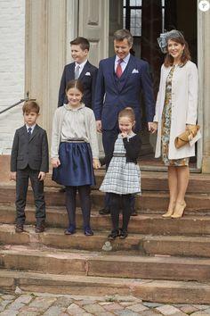 Le prince Frederik et la princesse Mary de Danemark, avec leurs enfants Christian, Vincent, Isabella et Josephine, lors de la confirmation de leur neveu le prince Felix de Danemark en la chapelle du palais de Fredensborg le 1er avril 2017.