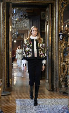 Metiérs D'Art de Chanel Paris-Salzburg 2014-2015 ---> http://www.so-sophisticated.com/moda/item/76-metiers-d-art-de-chanel-paris-salzburg-2014-2015