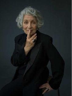 Wisdoms From A Grandmother Before Her Death Black And Grey Hair, Black Bob, Shampoo For Gray Hair, Grey Wig, Advanced Style, Advanced Beauty, Ageless Beauty, Going Gray, Aging Gracefully