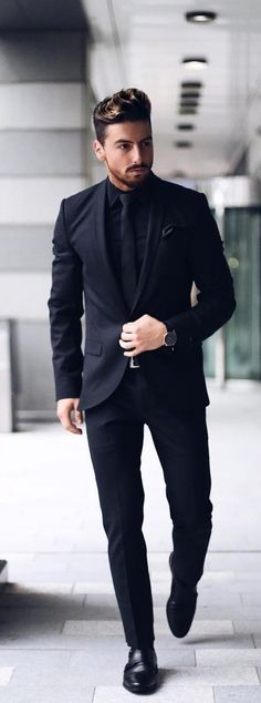 The 5 Basic Suits That You Must Absolutely Own If You Are A Professional Suits are the ultimate style statement for the mature men. Here are 5 basic suits that you must absolutely own if you are a professional. Black Outfit Men, All Black Suit, Formal Men Outfit, Formal Dresses For Men, Formal Suits For Men, Men In Black, Man Outfit, Black Prom Suits For Men, Black Tuxedo Suit