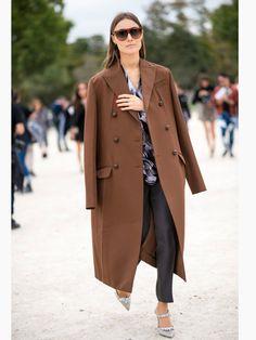 Für den französischen Chic, den uns hier am Rande der Paris Fashion Week ausnahmsweise die Italienerin Giorgia Tordini präsentiert, reicht meist schon ein Investment Pievce: Das kann eine Tasche genauso sein wie ein Chanel-Blazer oder eben ein klassischer, zweireihiger Mantel.Mehr Wintermäntel hier