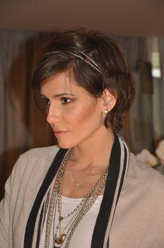 Déborah Secco e tiara dupla! Penteado com acessório pra os cabelos curtos.