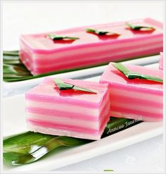 Snacks, Kuih Lapis (Steamed Layer Cake): Steamed Kuih Lapis is a popular snack in Malaysia and Singapore Indonesian Desserts, Indonesian Cuisine, Asian Desserts, Asian Recipes, Easy Recipes, Malaysian Cuisine, Malaysian Food, Malaysian Recipes, Layer Cake Recipes