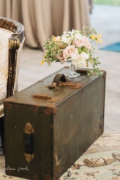 HVVR Vintage Trunk Styling & Floral by @renaissancefloraldesign Photo by @dixiepixel