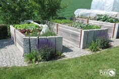 Hochbeet kombiniert mit Stein und Holz Raised bed combined with stone and wood Porch Plants, Urban Farming, Best Wordpress Themes, Raised Beds, Garden Styles, Garden Landscaping, Outdoor Gardens, Home And Garden, Leaves