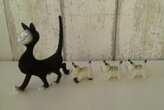 Dubout katten - de kittens lopen nestjes achter de moeder aan Promenade, Goats, Animals, Google, Animales, Animaux, Animal, Animais, Goat